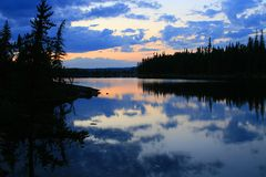 湖被绘的日落 免版税库存照片