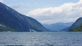 湖被紧贴在山之间 库存图片