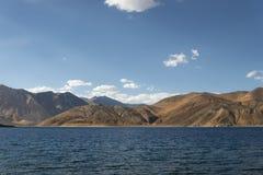 湖被围拢的庄严山 库存照片