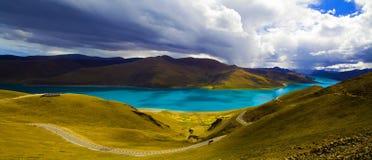 湖西藏yamdrok 免版税库存照片
