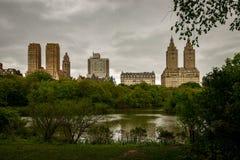 湖视图在中央公园纽约 免版税库存照片
