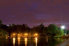 湖视图在夜之前 库存图片