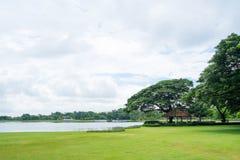 湖视图在Suan Luang Rama 9公园的多云天 图库摄影