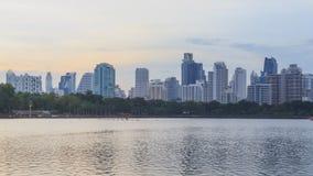 湖视图时间间隔与城市的反射的 股票视频