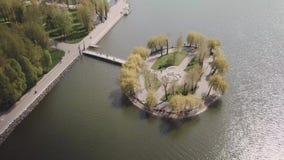 湖视图的海岛从寄生虫 股票视频