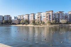 湖边与蓝天的公寓复合体在美国 库存照片