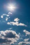 湖边光反射天空星期日水 库存图片
