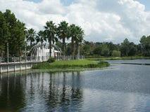 湖边喷泉 免版税图库摄影