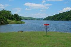 湖边圆盘高尔夫球篮子目标 免版税库存图片