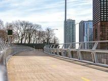 湖边平地步行跨线桥 大街在芝加哥,街道在伊利诺伊 库存图片