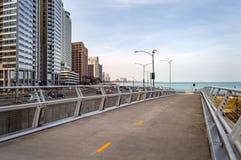 湖边平地沿湖岸驱动的跨线桥道路在芝加哥 大街在伊利诺伊 免版税库存照片