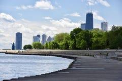 从湖边平地的地平线 免版税库存图片
