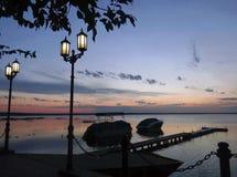 湖边散步 免版税库存图片