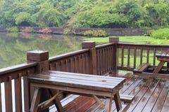 湖边木大阳台在雨中 免版税库存照片