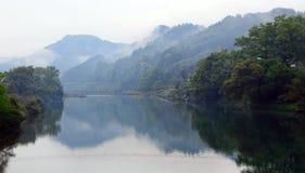 湖边村庄的早晨 库存照片