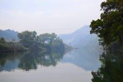 湖边村庄的早晨 库存图片