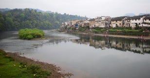 湖边村庄的早晨 免版税库存照片
