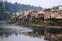 湖边村庄的早晨 图库摄影
