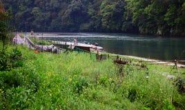 湖边村庄的早晨 免版税图库摄影