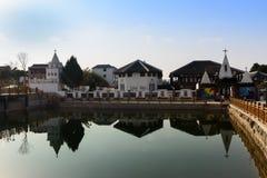 湖边的教会 免版税库存图片