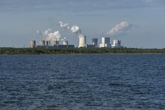 湖边的燃煤发电站 库存照片