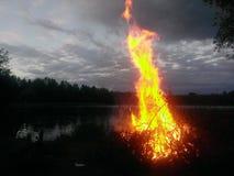 湖边篝火 库存图片