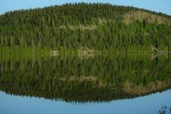 湖边视图在晚上 图库摄影