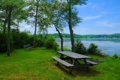 湖边野餐区 免版税库存照片