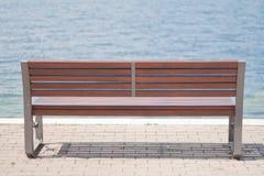 湖边长凳 库存图片