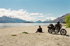 湖边motorcyce车手 免版税库存照片