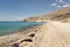 湖途径含沙有篷货车 免版税库存照片