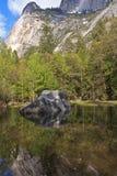 湖镜子岩石 库存图片