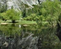 湖镜象反射优胜美地 库存图片