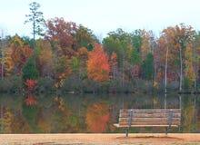 湖长凳 库存照片