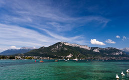 湖阿讷西美丽的景色在法国阿尔卑斯,在一个夏日 H 库存图片