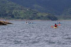 湖阿雷纳尔划皮船的游览  免版税库存照片