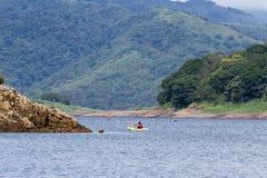 湖阿雷纳尔划皮船的游览  库存照片
