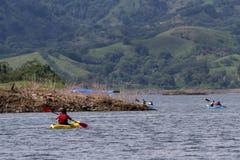 湖阿雷纳尔划皮船的游览  免版税库存图片