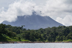 湖阿雷纳尔划皮船的游览  免版税图库摄影
