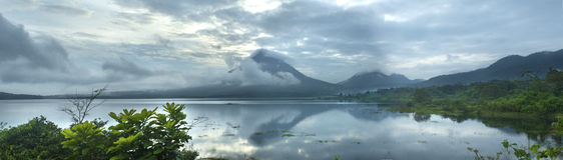 湖阿雷纳尔和阿雷纳尔火山全景  免版税库存图片