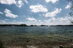 湖风景在一个晴朗的夏日 免版税图库摄影