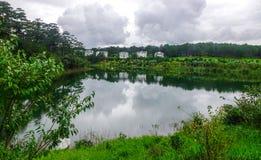 湖风景在夏天在大叻,越南 免版税库存图片