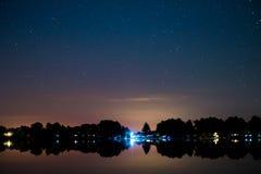 湖风景在晚上,美丽的星天空 库存照片