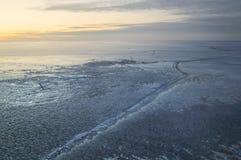 冻湖风景有一个大裂缝的在日落 库存照片