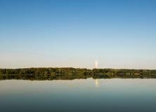 湖风景,距离的一家工厂 免版税图库摄影