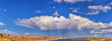 湖饥饿国家公园水库晚夏早秋天全景在桥梁附近的有在Duchesne附近的雨云的在美国高速公路 库存照片