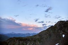 湖高加索山脉在夏天,熔化冰川土坎Arkhyz索非亚湖 俄罗斯的美丽的高山,清楚的冰 库存图片