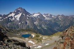 湖高加索山脉在夏天,熔化冰川土坎Arkhyz索非亚湖 俄罗斯的美丽的高山,清楚的冰 图库摄影