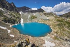 湖高加索山脉在夏天,熔化冰川土坎Arkhyz索非亚湖 俄罗斯的美丽的高山,清楚的冰 免版税库存照片