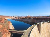 湖鲍威尔和幽谷峡谷水坝在亚利桑那,美国的沙漠 免版税库存图片